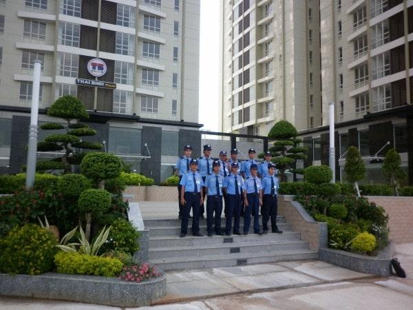Người bảo vệ ở khu chung cư, tòa nhà lưu ý ở vị trí cổng chính