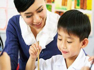 Nên chọn gia sư là giáo viên hay sinh viên cho học sinh lớp 9?