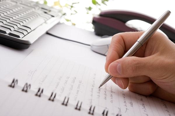 Cha mẹ nên viết số điện thoại của người thân ra giấy cho con khi đi ra ngoài