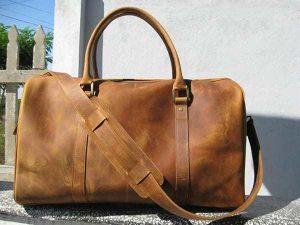 Bạn nên bỏ tiền trong túi xách, sau đó nhét vào trong cốp xe