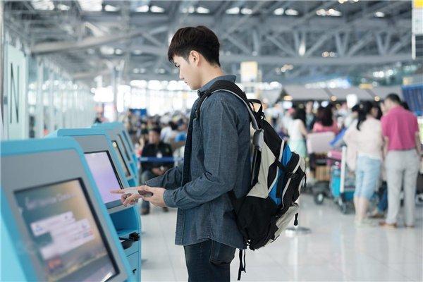 Bạn phải luôn chú ý hành lý khi đứng ở nơi công cộng