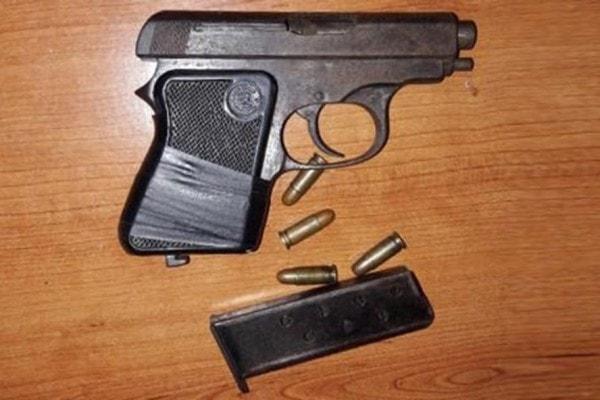 Bạn nên ngoan ngoãn nghe lời khi tên cướp sử dụng vũ khí nóng, không nên manh động