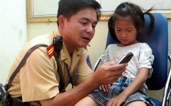 Dạy bé cách nhớ số điện thoại và tìm công an liên lạc với gia đình khi bị lạc