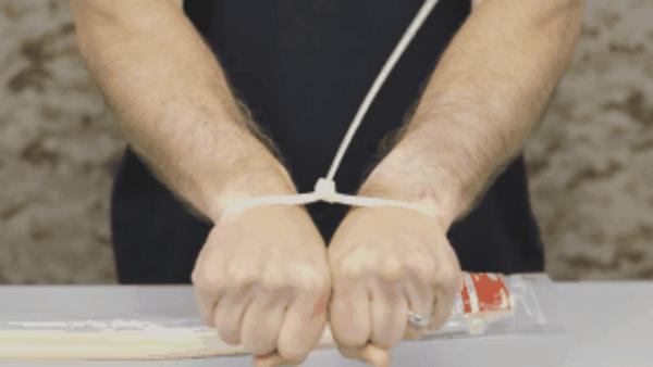 Bị trói bằng dây kéo nhựa